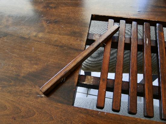 Bahia Beachfront Apartments: Dining table was in disrepair and falling apart