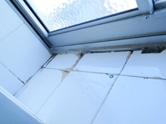Bahia Beachfront Apartments: One of two window sills with cracked tiles