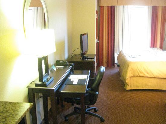 Comfort Suites Manchester: Desk & Television