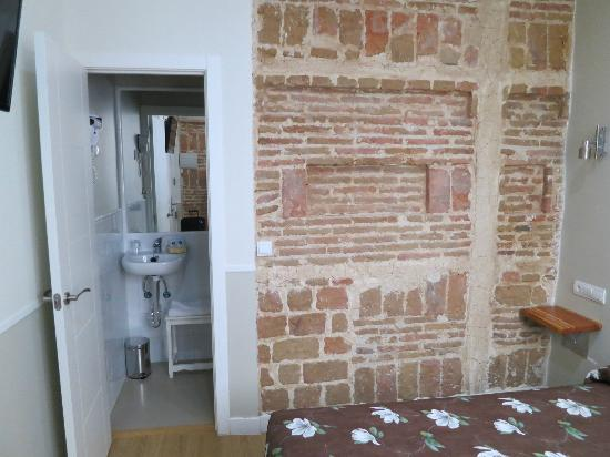 Hostal Madrid: Single room bathroom