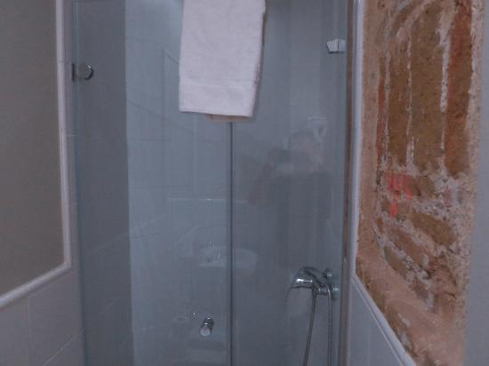 Hostal Madrid: Shower stall of single room