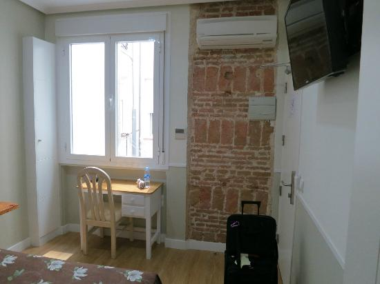 Hostal Madrid: Single room with A/C and flat screen TV - great during the hot Madrid summers.