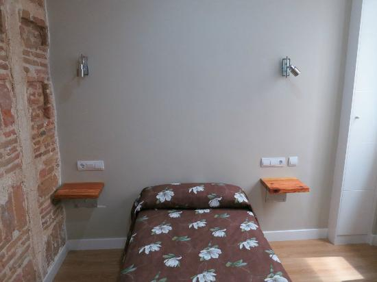 Hostal Madrid: Single room bed