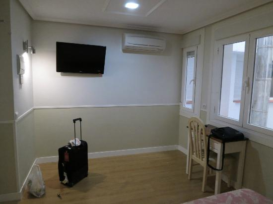 Hostal Madrid: Spacious double room with A/C and flat screen TV