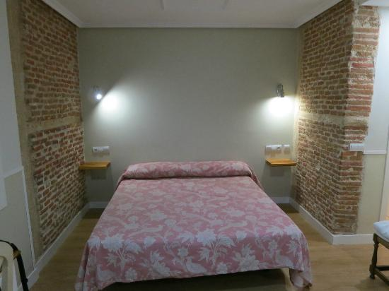 Hostal Madrid: Double room bed