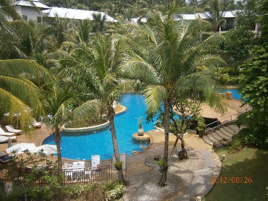 ‪‪Horizon Karon Beach Resort & Spa‬: Bottom pool with swim up bar & plenty of places to retreat!!‬