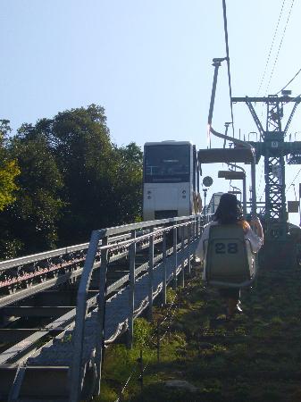 Amanohashidate View Land: リフトの横をモノレールが