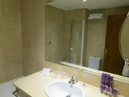 Parador de Hondarribia: Bathtub/shower