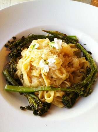 Coppa Cafe : Pasta with broccolini and flowers