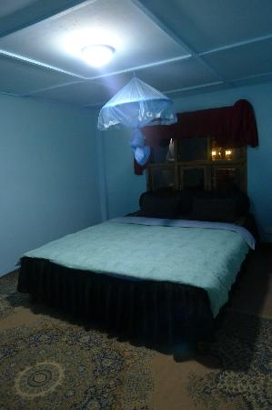 King Fern Cottage: too big room and bed for a party of one