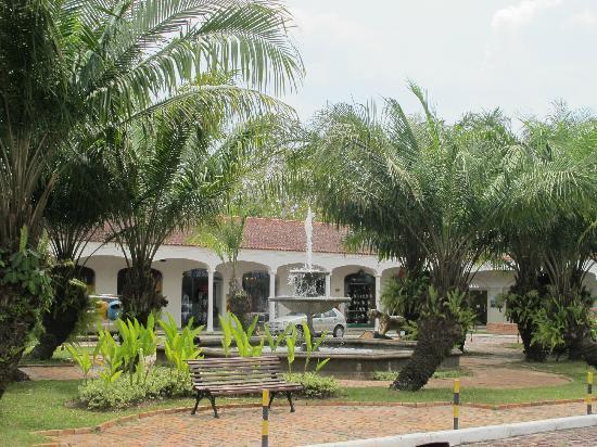 Tropical Manaus Ecoresort: Lojas proximas da recepção