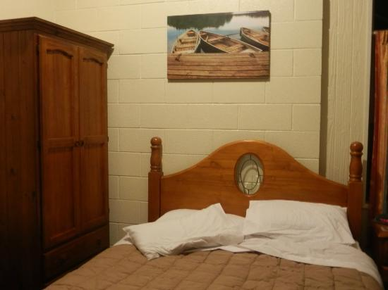 Howick Motor Lodge: bed... loved the bed head.. and the photo :)
