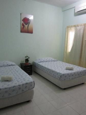 AJ's House: Double Room - aircon/shared bathroom (only 2 rooms share)