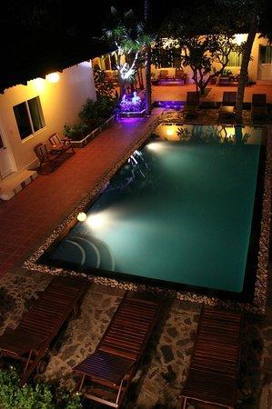 Xin Chao Hotel: Courtyard by night