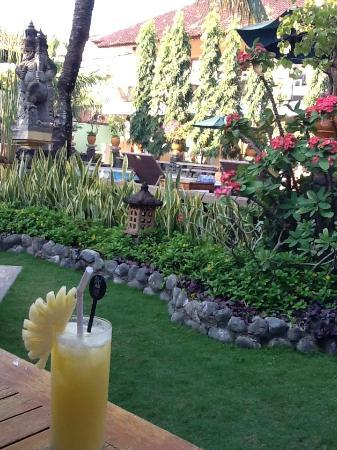Mentari Sanur Hotel: cocktail by the pool