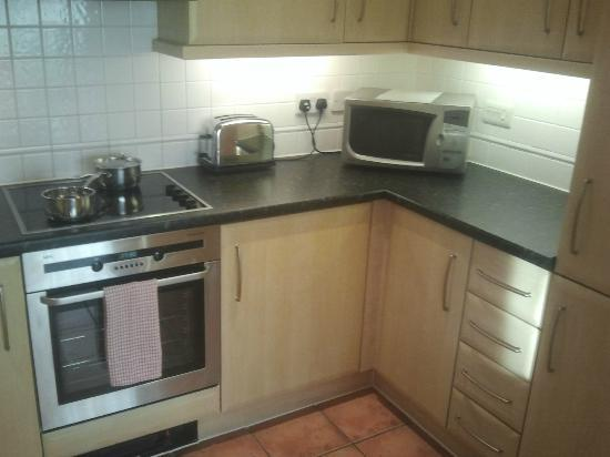 Fraser Place Canary Wharf: Kitchen is well equipped and spacious