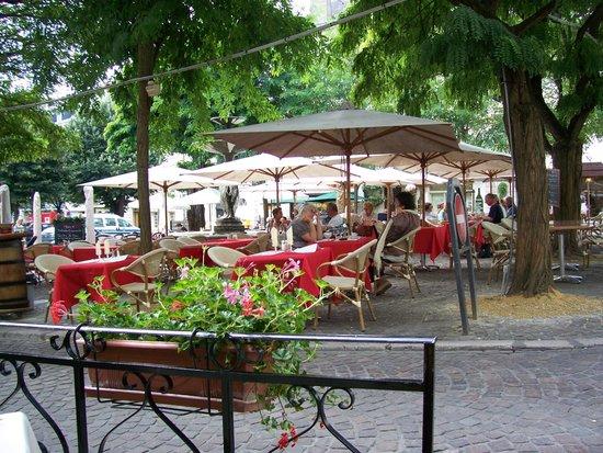 Au Chapeau Rouge : zicht vanaf het kleine terras op het pleintje