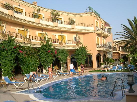 Piscina picture of gran sol hotel zahara de los atunes for Piscinas naturales zahara delos atunes