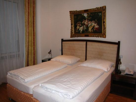 Novum Hotel Congress Wien am Hauptbahnhof: Room with the two separate matresses on double bed