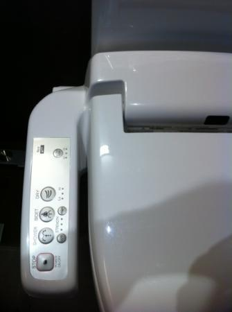 Hotel Montecarlo Barcelona: toilet controls