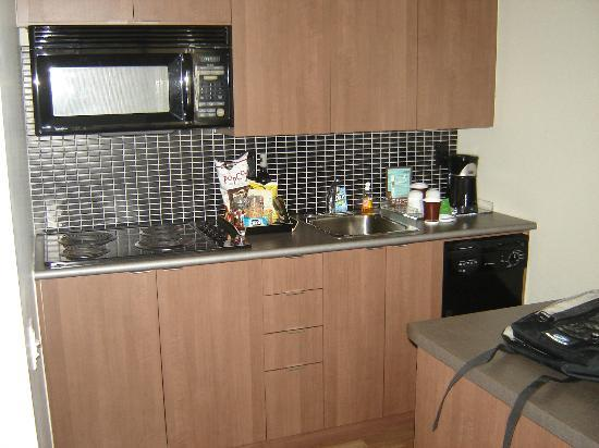 Executive Hotel Cosmopolitan: Small kitchen area