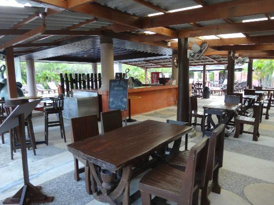 Phuket Kata Resort : Outdoor dining for breakfast