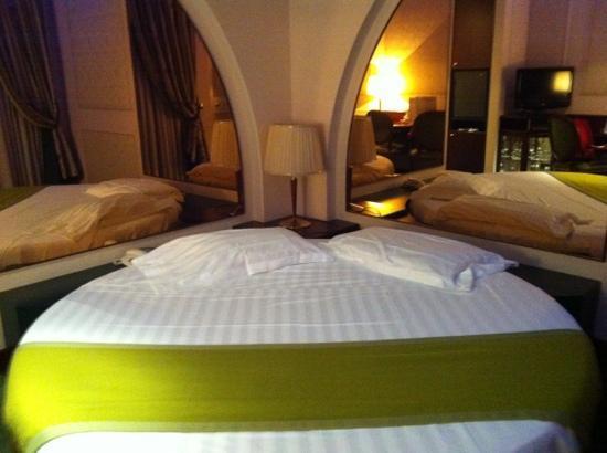 specchi alle pareti e letto rotondo - Foto di Dream Hotel, Appiano ...