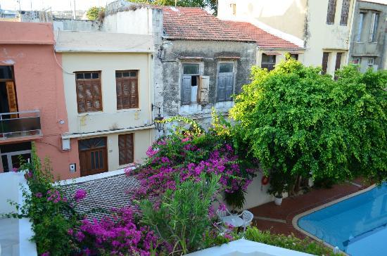 Fortezza Hotel : Blick vom Balkon auf den Pool und die Straße hinter dem Hotel
