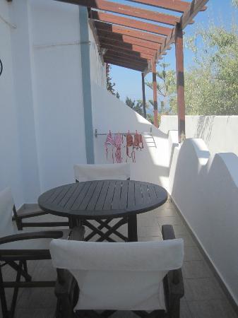 Milos Villas: Terraza habitación