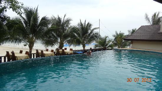 Haad Yao Bayview Resort & Spa: La piscine face à la mer