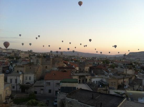 Kookaburra Pansiyon Motel: view of hot air balloons from kookaburra terrace at sunrise