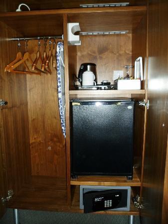 Hotel 55: Armadio che comprende: frigo bar (rifornito) cassaforte, ferro e asse da stiro
