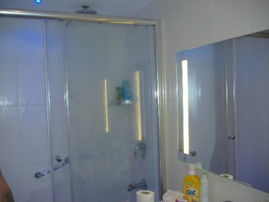 Blue Bay Platinum Hotel: modern bathroom