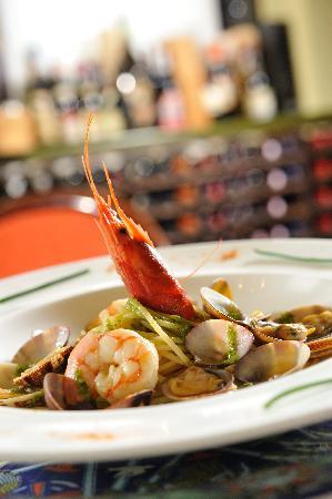 Spaghetti con vongole veraci, gamberi rossi e pesto di zucchine