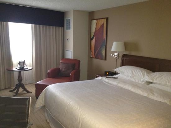 Sheraton Edison Hotel Raritan Center: spacious room