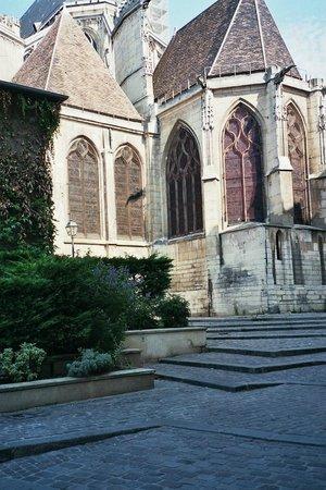 Paris, France: Le chevet de l'église rue des Barres près de la Seine