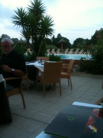 Hotel Le Mas d'Huston: restaurant près de la piscine