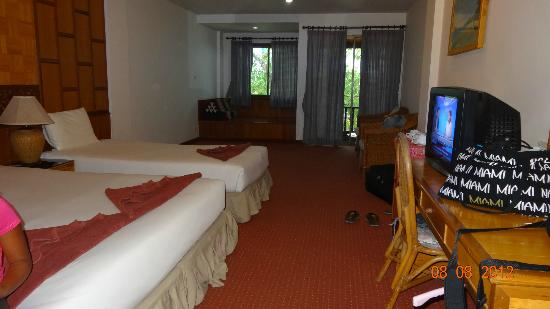100 Islands Resort & Spa: Our nice and big room