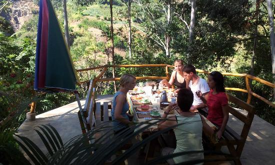 Waterfalls Homestay : Terasse mit super genialer Aussicht