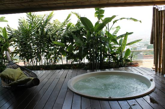 Diez Hotel Categoria Colombia: Hot tub on 6th floor with nice view of Medellin