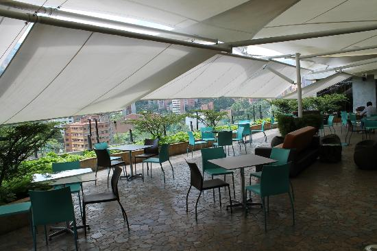 Diez Hotel Categoria Colombia: Breakfast buffet on 6th floor. The waiters pull out the white awnings to ensure shade.