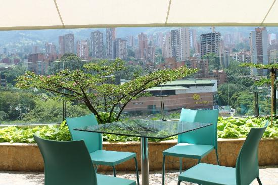 Diez Hotel Categoria Colombia: Breakfast table. It's a beautiful way to start your day.