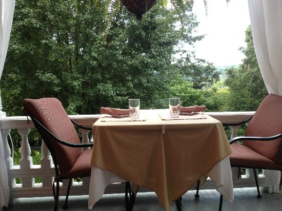 Cedar Crest Inn: Outdoor Eating Option