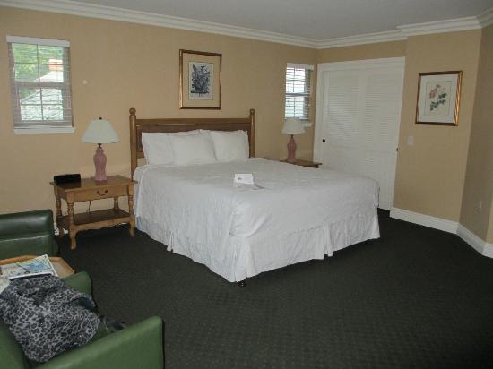 Candle Light Inn: 1 king room.