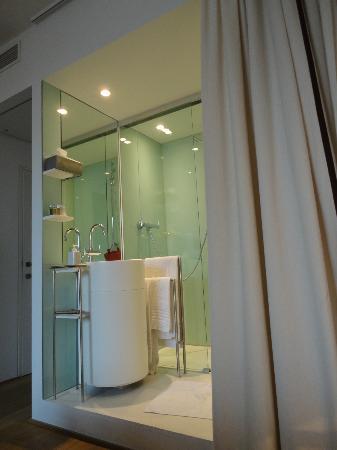 Hotel Cafe Pacific: Il bagno visto dalla camera...