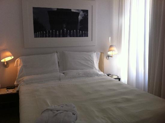 UNA Hotel Cusani: Habitación superior. Cama grande