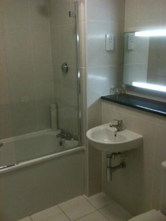 BEST WESTERN Reigate Manor Hotel: Modern Bathroom