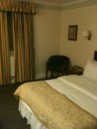 Best Western Reigate Manor Hotel: Dated Bedroom