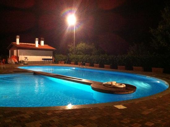 Il Marrugio: piscina di sera