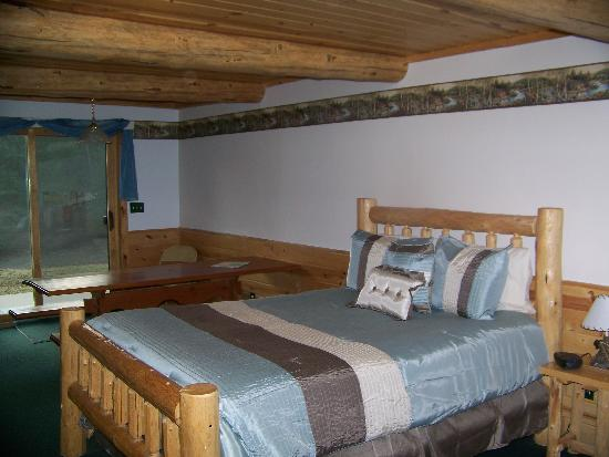 The Listening Inn: Family Room, Queen bed & Bunk Beds